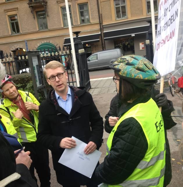 Trafiklandstingsrådet Kristoffer Tamsons tog emot protesterna.