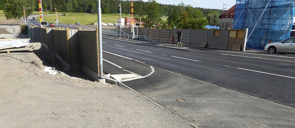 Bullerplank vid utfart över gång- och cykelbana