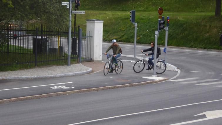 Trångt i korsningen för gående och cyklister