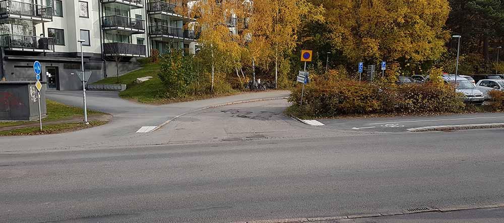 Utfart från parkering vid Gläntan, Norbyvägen.