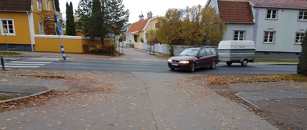 Bil svänger in på infart vid nya kyrkogården, Krongatan