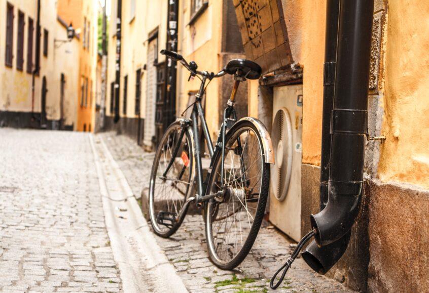 Cykel lutar mot en vägg i Gamla stan
