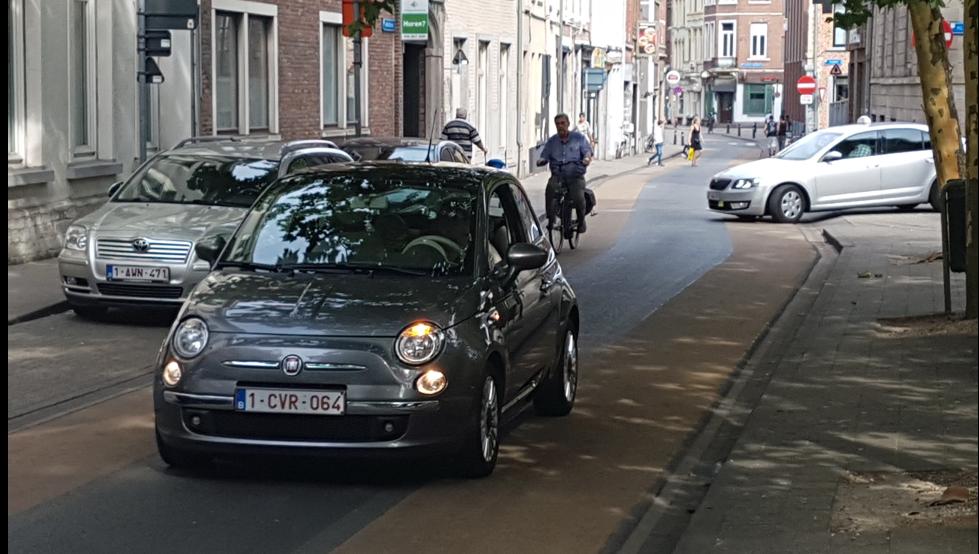 Bil och cyklist på enkelriktad gata