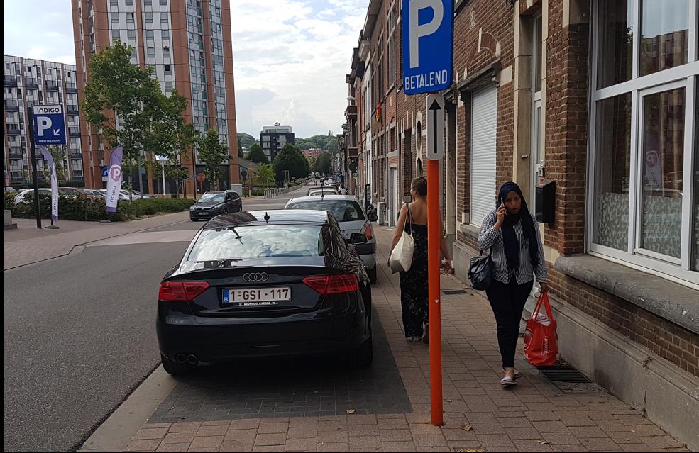Parkerade bilar på trottoar