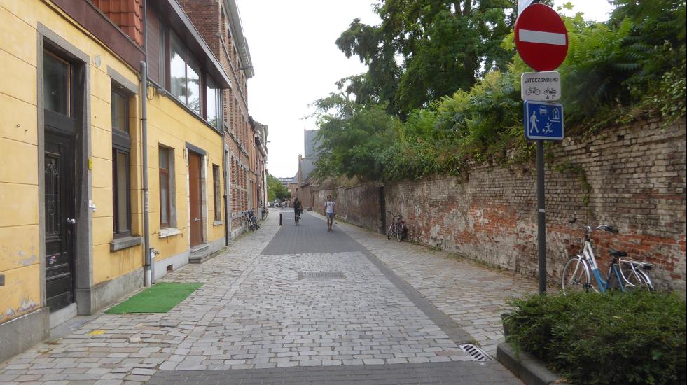 En bostadsgata med gatsten och skylten Gårdsgata.