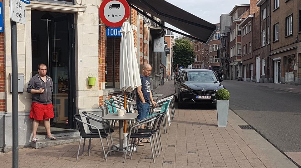 Bil, stolar och bord på gångutrymme