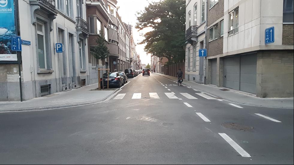 Gata med cyklist och bil