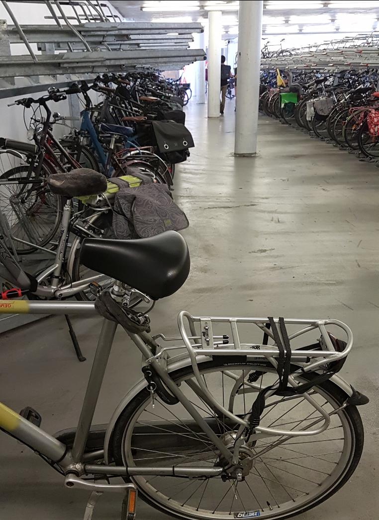 Rader av cykelställ i två våningar, varav ett är vinklat 45 grader.