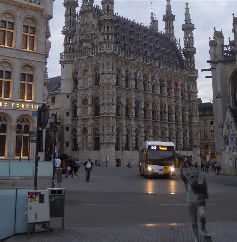 Buss kör över torget i Leuven