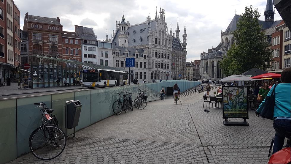 backe ner till cykelgaraget under bussgatan i centrala Leuven